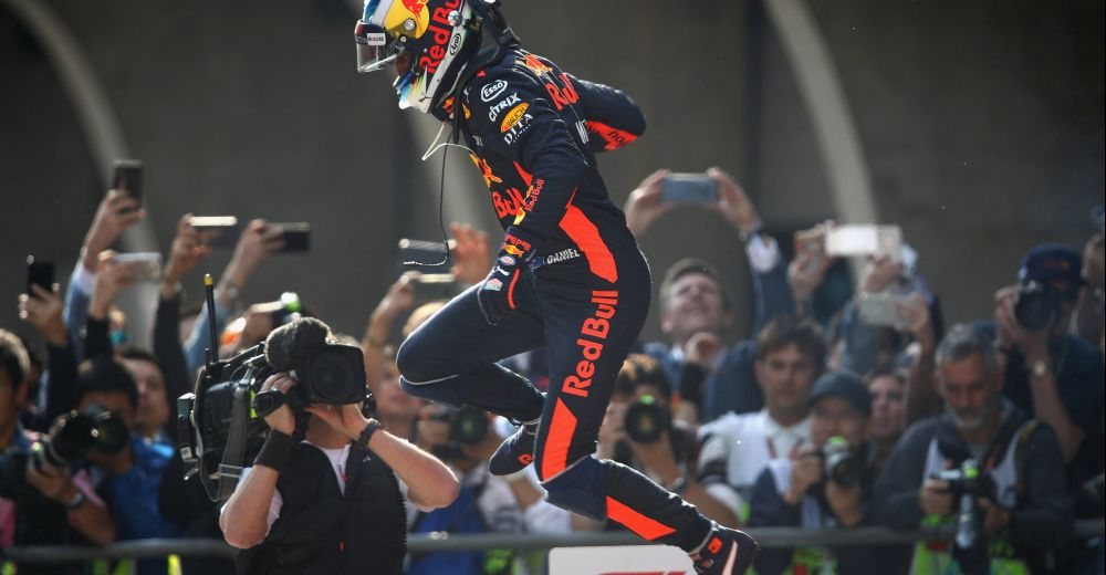 Ricciardo springt juichend van zijn bolide