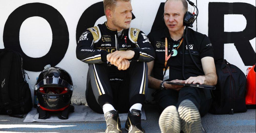 Magnussen overlegt met zijn engineer