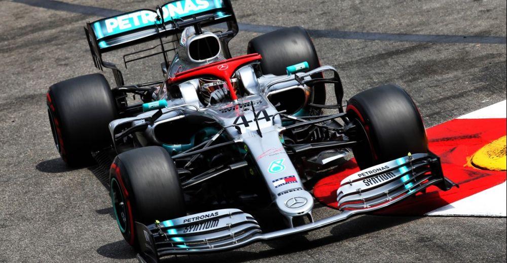Hamilton en Mercedes pakken pole met rode pet