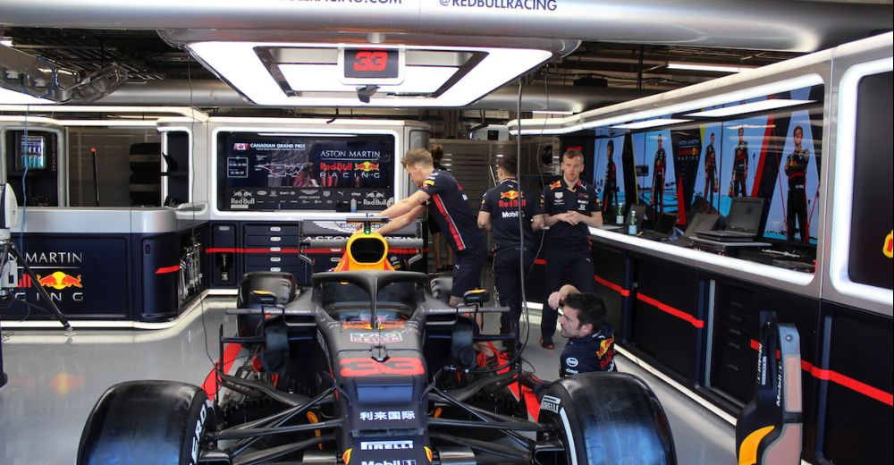 De monteurs zijn druk bezig om de RB15 in elkaar te zetten.