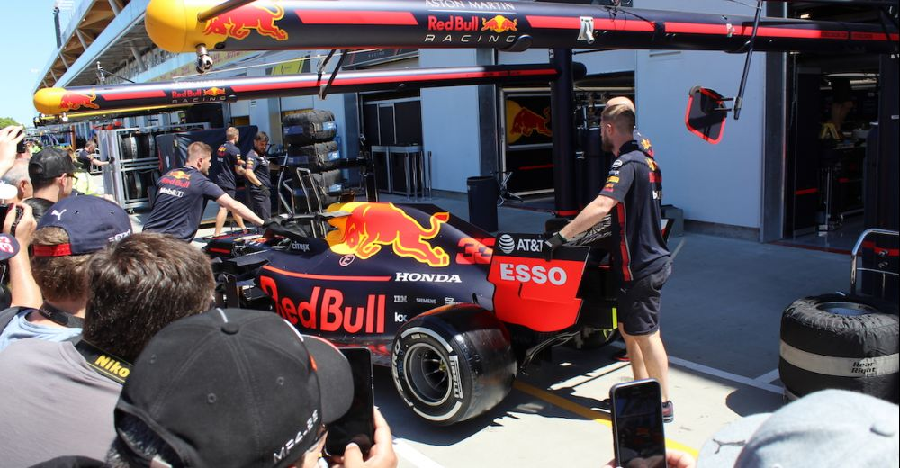 De RB15 van Verstappen wordt terug de pitbox in geduwd