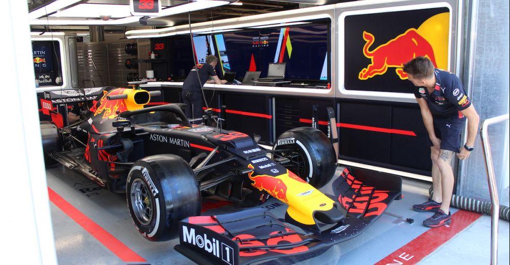 De RB15 in de pitbox van Red Bull Racing