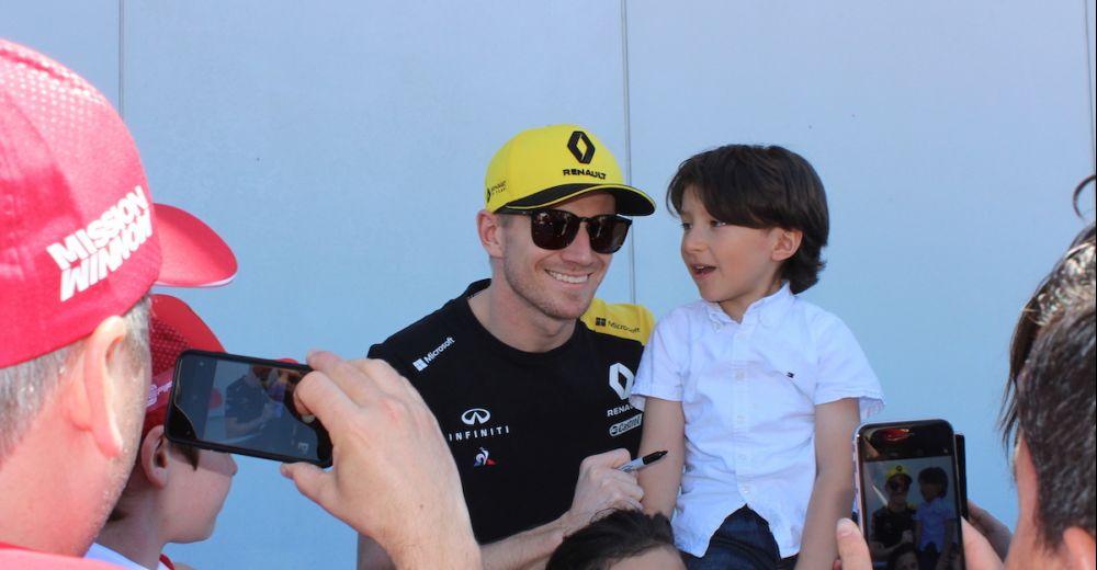 Nico Hulkenberg gaat op de foto's met zijn jonge fans