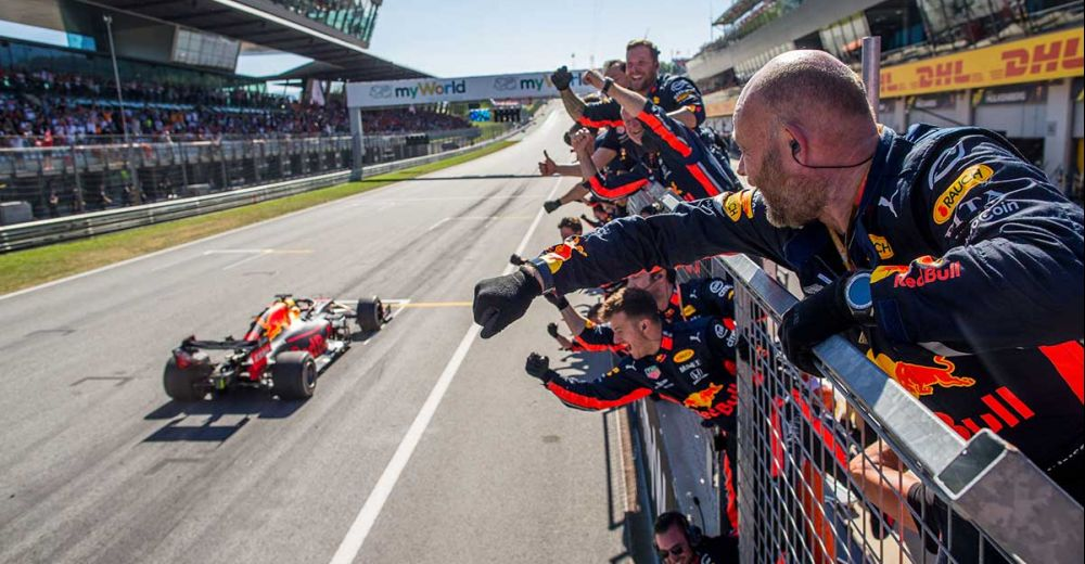 Maar dan.. Verstappen haalt Leclerc in en pakt zijn tweede overwinning in Oostenrijk!