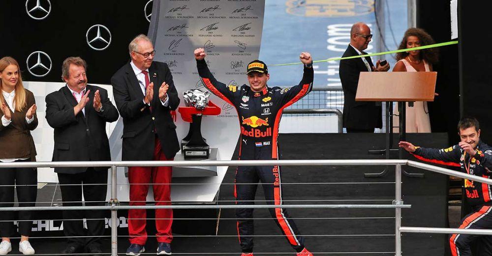 Verstappen komt het podium op na zijn magistrale race