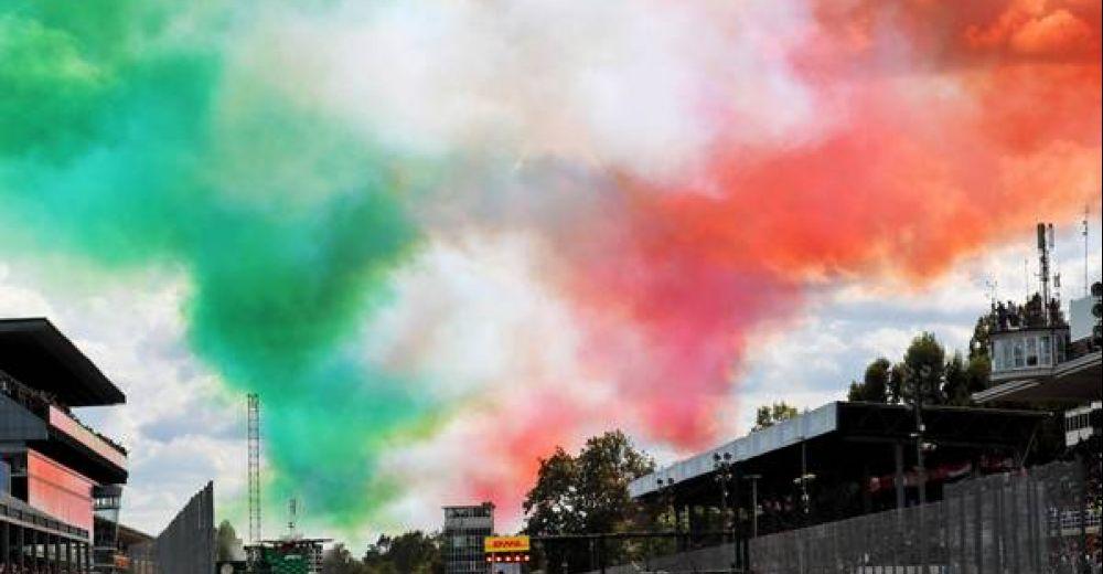De lucht kleurt rood, groen en wit