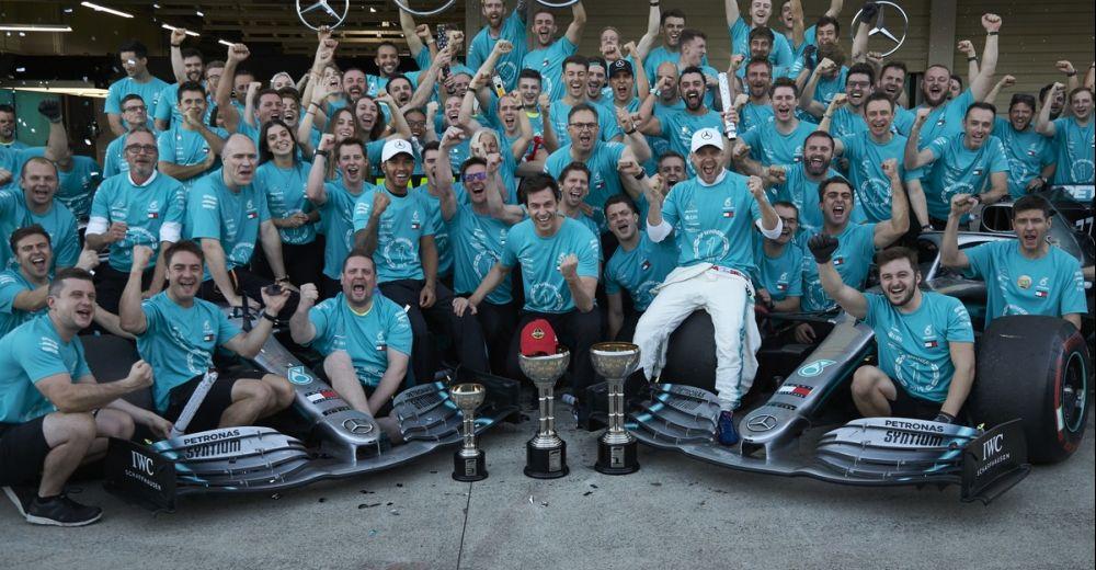 Mercedes viert de zesde titel op rij