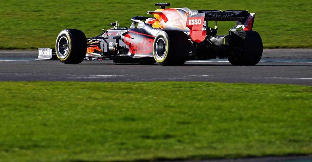 Verstappen maakt vlekkeloos debuut in RB16