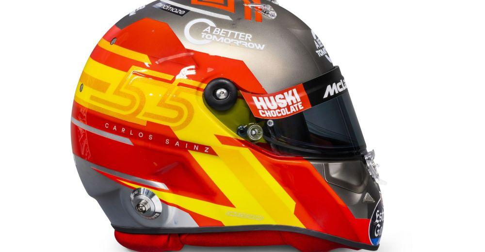 Carlos Sainz presenteert zijn nieuwe helm