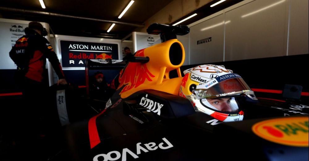 Verstappen staat klaar in kleine pitbox op Circuit Zandvoort
