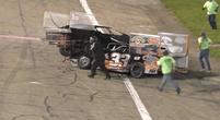Afbeelding: WTF! Coureur ramt raceauto bovenop concurrent en wordt getaserd!