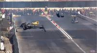 Afbeelding: Video: Drag race coureur crasht en vliegt keihard de muur in!
