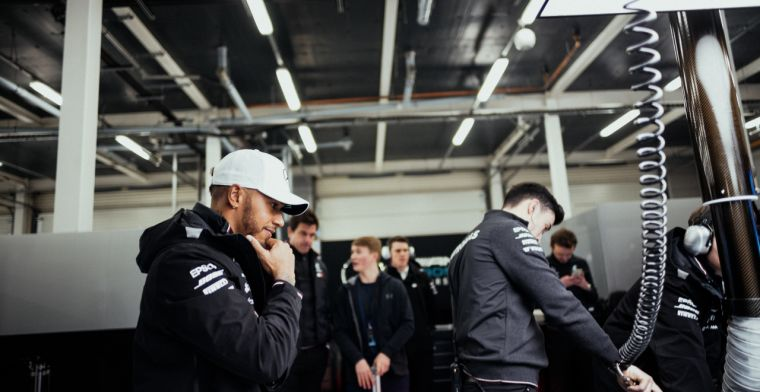 Hamilton vol lof bij bezoek aan Mercedes fabriek
