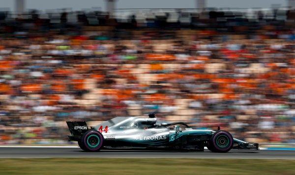 Hamilton dankt god en team voor zijn overwinning