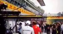 Afbeelding: Lewis Hamilton passeert Sebastian Vettel in de paddock op Monza