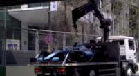 Afbeelding: Takelwagen met de Williams FW42 van Russell raakt voetgangersbrug in Baku