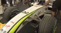 Afbeelding: Barrichello showt de kampioenswagen van zijn teamgenoot Jenson Button