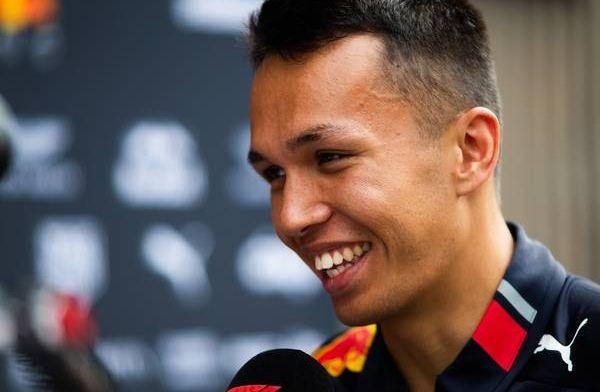 """Albon mega-fan van Ferrari sinds hij kon spreken: """"Ik droeg altijd rode shirts"""""""