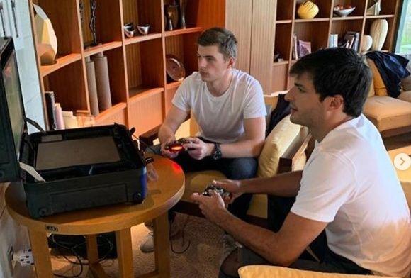 Verstappen vermaakt tijdens tyfoon halve Formule 1-veld met PlayStation koffertje