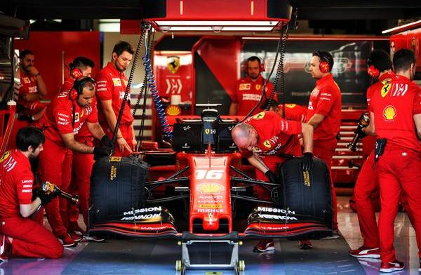 Ferrari bekritiseerd: Monteur staat zonder handschoenen banden er af te slaan