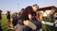 Afbeelding: Verstappen kruipt op de rug van een dromedaris voor een potje Polo