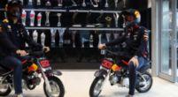 Afbeelding: Verstappen en Albon kunnen niet stoppen met racen; met minibikes door de fabriek