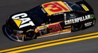 Afbeelding: NASCAR-coureur loopt samen met dochters ziekenhuis uit na heftige crash