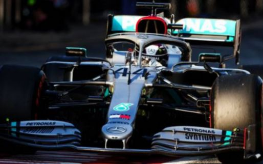 Lewis Hamilton stops on track with engine problem!