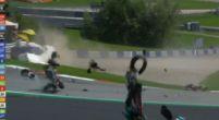 Afbeelding: Enorme crash in MotoGP, Rossi ontloopt op een haar na ernstig letsel