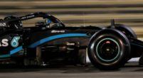 Afbeelding: Hamilton vlak voor Verstappen in Knotsgekke VT2; Albon vouwt RB16 op