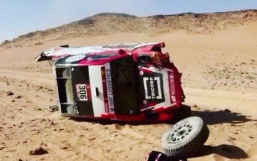 Dakar: Ten Brinke vier keer over de kop geslagen, auto total loss