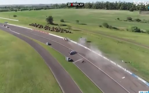 Auto vliegt in kombocht over de vangrail bij heftige toerwagen crash in Argentinië