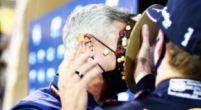 Afbeelding: Verstappen 'presenteert' tweede verjaardagstaart aan David Coulthard