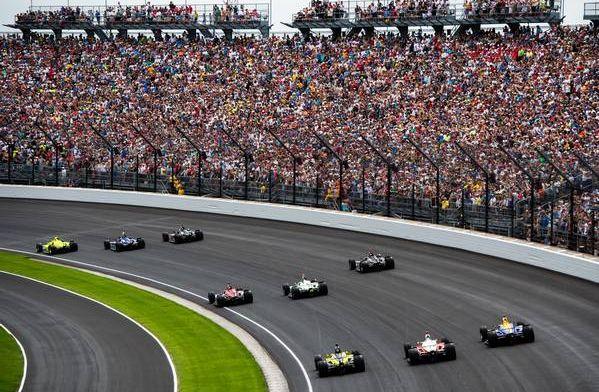 Eerste schuiver van de Indy500: Stefan Wilson raakt de muur in de pitlane